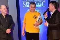 ANTONÍN JURIŠTA (uprostřed) převzal ocenění za první místo v kategorii trenér při galavečeru Sportovec Slaného 2014.