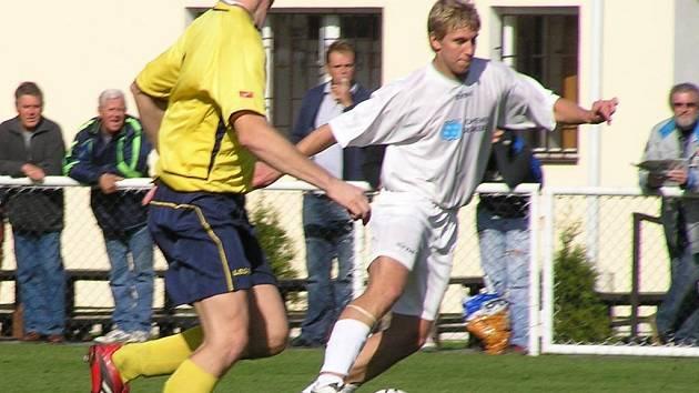 Útočník Slaného Hořejší (vpravo) nedává góly, a tak vypadl ze základní sestavy. Ale mužstvo stejně prohrálo.