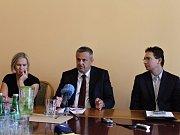 Pondělní tisková konference k integraci dopravy s primátorem Kladna Milanem Volfem, zástupci PID a ROPID, Středočeského kraje, včetně zástupce dopravní společnosti.