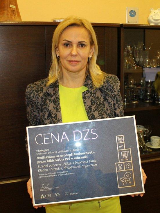 Den řemesel je pro školáky velkou inspirací. Ředitelka vrapické školy Ivana Sedláková na snímku s jedním z prestižních ocenění.