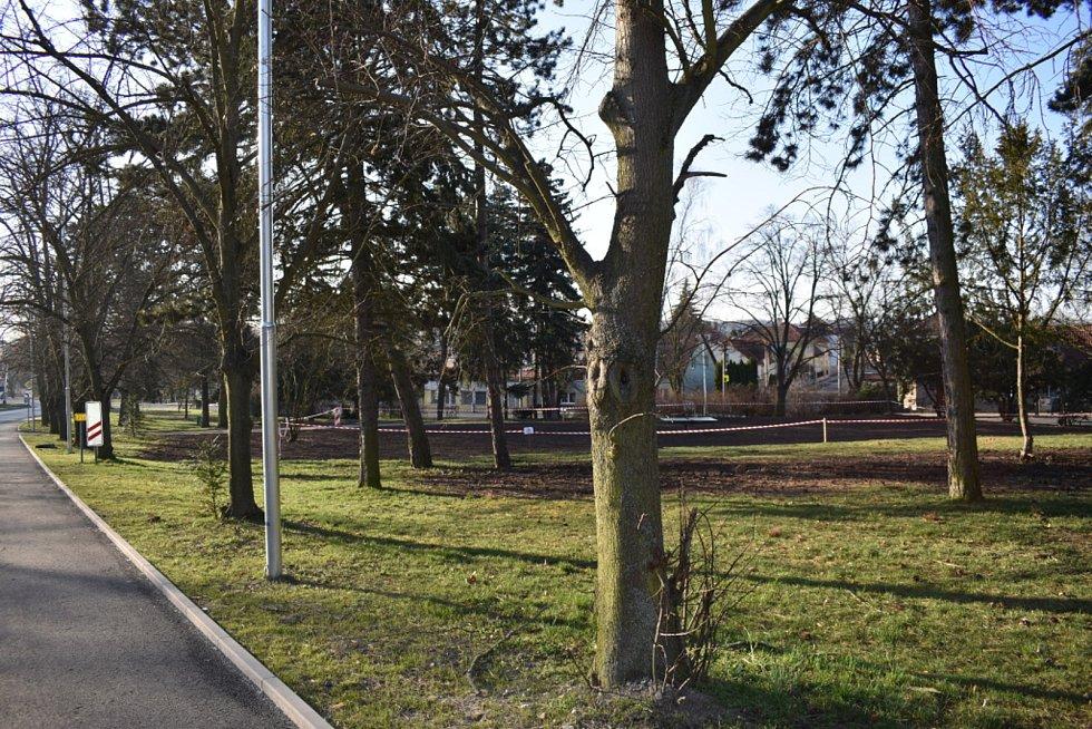 Úpravy v parku v Dražkovické ulici v polovině března 2021.