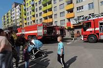 K likvidaci ohně v paneláku v Hřebečské ulici vyjelo celkem pět hasičských vozidel.