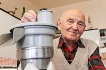 Stanislav Lachman na snímku s jedním z výrobků, které navrhoval.