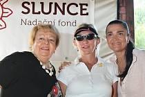 Na snímku zleva: ředitelka škol Slunce Blanka Dvořáková, jedna z úspěšných účastnic golfového turnaje Marie Drápalová a patronka akce Mahulena Bočanová.
