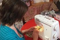 Do šití roušek pro rodinu se aktuálně zapojila i Veronika Pokorná z Libušína, která je na mateřské dovolené.