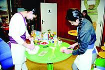 Zdobení dortů, ale i skládání modelů , recitování, hraní a sport. Žáci z praktických škol měli pestrý výběr činností.