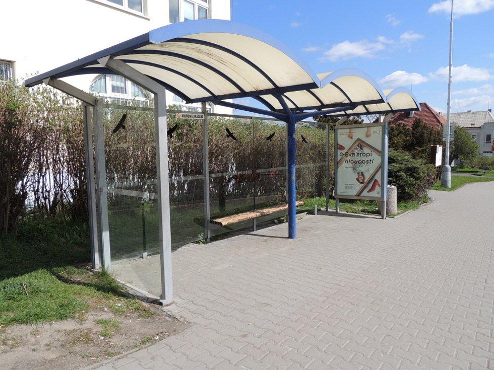 Zastávka u divadla v sousedství autobusového nádraží v Kladně.
