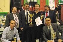 Nejlepší fotbalisté Hostouně: Vlevo dole třetí Ondřej Burant, nad ním starosta Hostouně Vild, Petr Kouba, vítězný Jan Čurda, předseda klubu Jiří Hondl a pod ním druhý František Motlík.