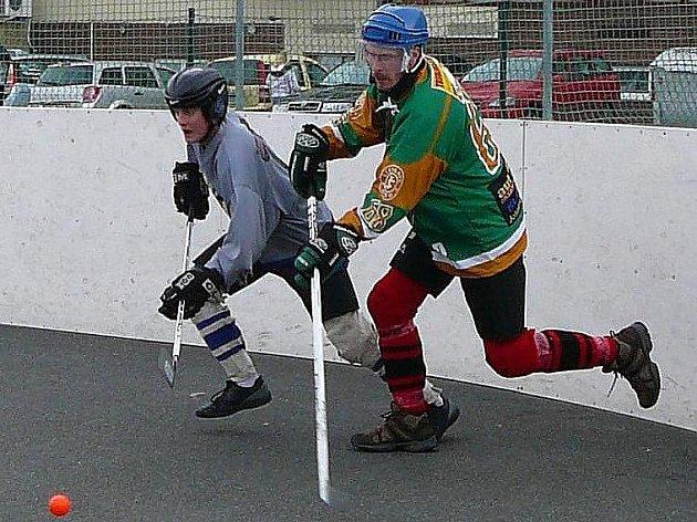 Rytíři senzačně vyhráli druhý zápas v řadě i díky Marku Poláčkovi (vpravo), který tady bojuje se Škodákem.