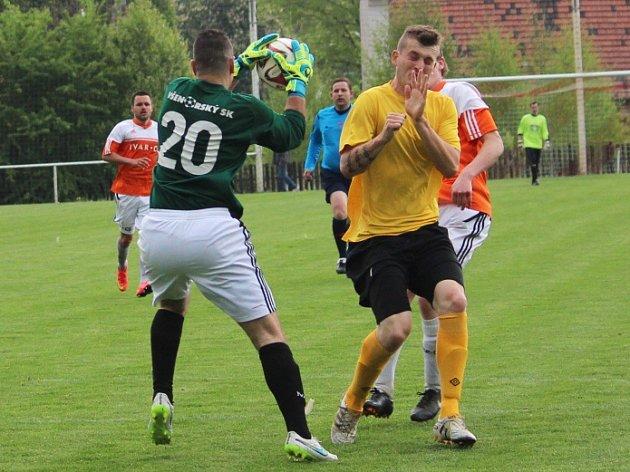Tuchlovice (ve žlutém) přehrály doma Všenory 2:0. Tady útočí na gólmana bezkočku autor obou branek Lukáš Hadrika.