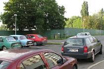 Za pozemky v  Lacinově ulici zaplatilo město Slaný ze své pokladny téměř 2,7 milionu korun. Za 15 tisíc metrů čtverečních přitom poskytlo směnou o 45 tisíc metrů více. Za zeleným plechovým plotem vznikne plocha pro 350 vozidel.