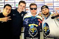 Nový vánoční dres Kladna představil showman Kazma  Kazmitch (druhý zprava) spolu s kladenskými (zleva) Adamem Soukupem, Jiřím Kallou a Petrem Koukalem.