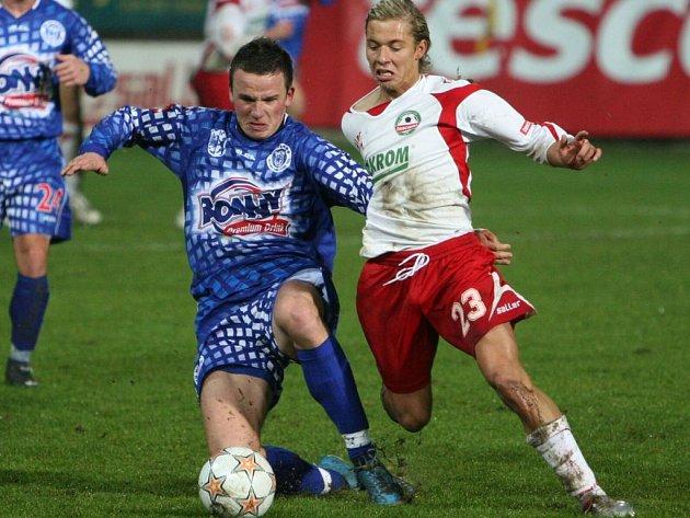 Marian Farbák (vlevo v souboji se zlínským Opielou) už je zdráv, za Kladno může v Olomouci nastoupit.