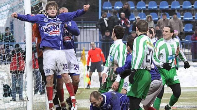 Ve výskoku Vít Beneš (23), v utkání s Bohemians jeden z největších bojovníků