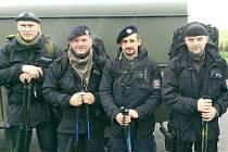 SOUČASNÍ I BÝVALÍ POLICISTÉ z kladenské pořádkové jednotky se zúčastnili Memoriálu československých parašutistů už podruhé. Náročný pochod zvládli za patnáct hodin. Michal Putík (zcela vlevo) a Radovan Mach (druhý zleva) poskytli rozhovor.