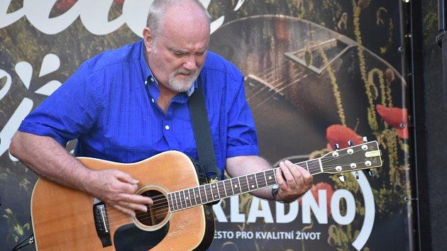 Britský písničkář Jamie Marshall zahrál v kladenské zámecké zahradě
