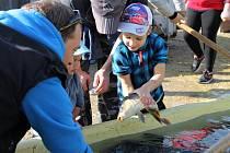 Při výlovu rybníka U Jelena pomáhal i slavný hokejista.