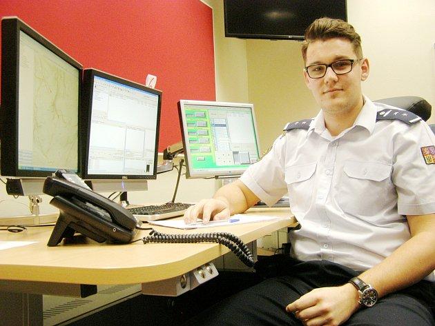 JEDNÍM ZE ZAMĚSTNANCŮ krajského operačního střediska je Jan Rokos.