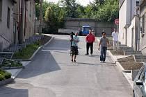 Ulice Hlohová (na snímku) a sousední Vojtěšská V Kladně–Dříni nejsou moc dlouhé. Přesto jejich opravu komplikoval nezvykle svažitý terén.