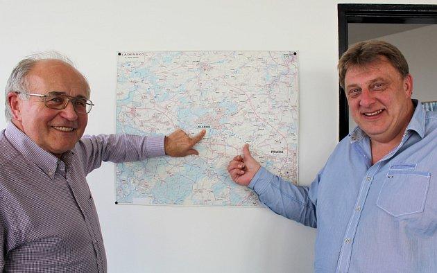 Šéfové SK Kladno a Sokola Hostouň Josef Drahota (vlevo) a Jiří Hondl ukazují na mapě místa, jimž dali svá fotbalová srdce.