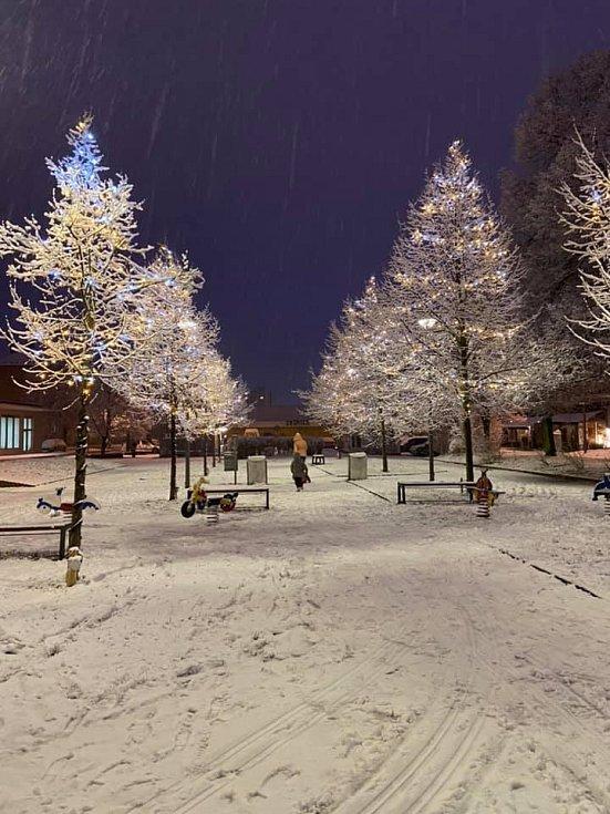 Sníh u kladenské tržnice.