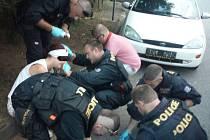 ŽENA SILNĚ KRVÁCELA NA HLAVĚ. První pomoc jí ve Vlašimské ulici v Benešově poskytli kladenští policisté.