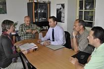 OBYVATELÉ lokality ve Slaném-Těhuli, kde má bioplynka stát, bojují proti její výstavbě od loňského roku. Hlavním iniciátorem odporu je Pavel Zlámal (třetí zleva).