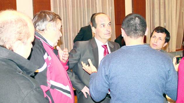 STAROSTA SLANÉHO Ivo Rubík (uprostřed s červenou kravatou) a někteří zastupitelé s odpůrci bioplynky zkrátka stejný názor nesdílejí. Mají zato, že bylo rozhodnuto správně. Starosta se zúčastnil vzrušené rozpravy s nespokojenými lidmi, ale až po oficiálním