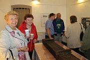 Slavnostní zahájení výstavy v Galerii Dobeška v úterý odpoledne. Výstava o úzkokolejce potrvá do neděle.