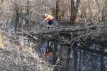 Žena ve špatně přístupném terénu při venčení psa  spadla do potoka.  Blátivé dno potoka ženu uvěznilo a ona se z něj nemohla sama dostat.
