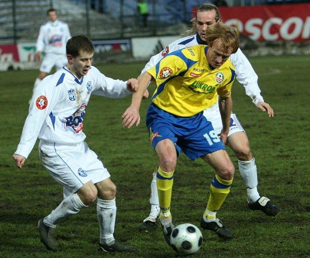 Zlín - Kladno 0:0, Šisler se Strnadem atakují Dostálka.