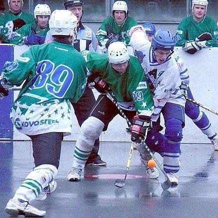 Libor Topolánek (v bílém) je v play-off tradičně jednou z největších opor KEBu Kladno.
