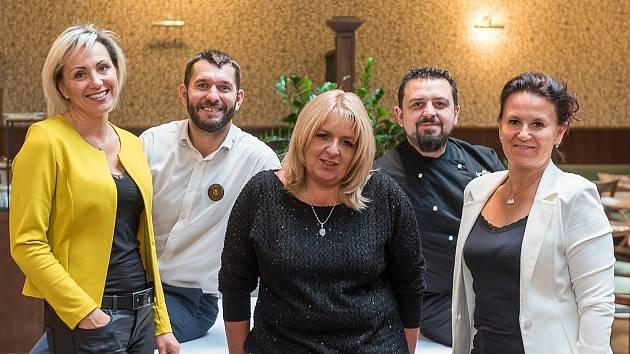 Jana Hůlová (vlevo), jednatelka čtyřhvězdičkového rodinného hotelu Hejtmanský dvůr ve Slaném, se svým týmem.