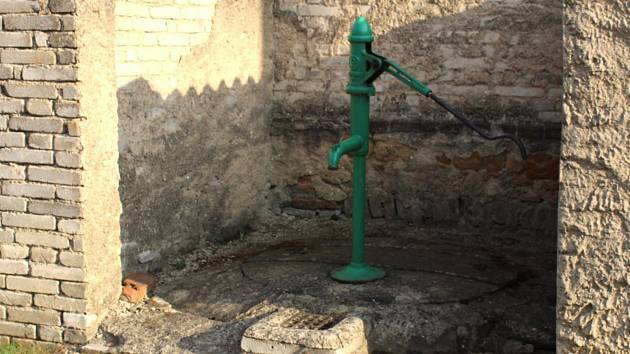 Jedna z veřejně přístupných studní ve Družci.