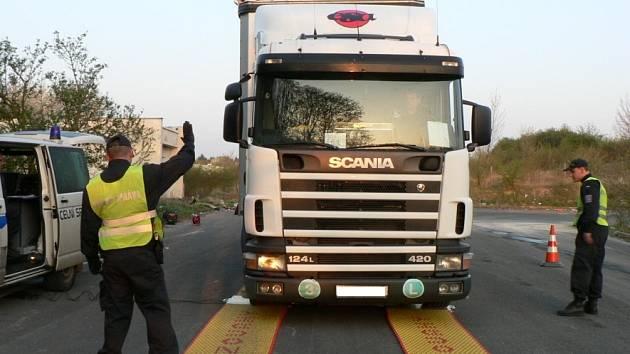 Celkem třicet vozů zkontrolovala při čtvrteční akci zaměřené na přetížení nákladní dopravy celní správa a Městská policie Kladno.