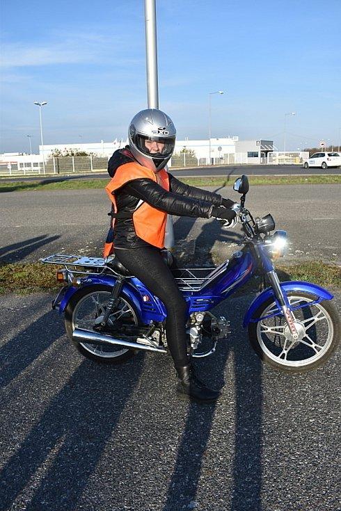 Budoucí řidiči motocyklů z kladenských autoškol se sjeli v neděli na výcvikové ploše. Čekatelka na řidičák na motorku Martina Machová.