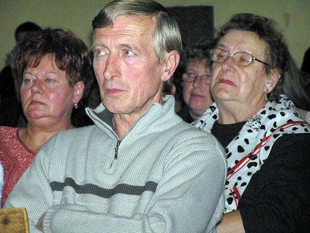 Lidé z Lán zaplnili při veřejném jednání zastupitelů zdejší sokolovnu.