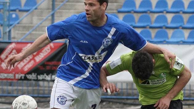 Souboj Bartoš Badalyan // SK Kladno - FK Baník Most  5:3 (2:1)  , utkání 22.k. 2. ligy 2010/11, hráno 17.4.2011