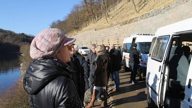 Zpevněné svahy u vodní přehrady Klíčava v Lánské oboře