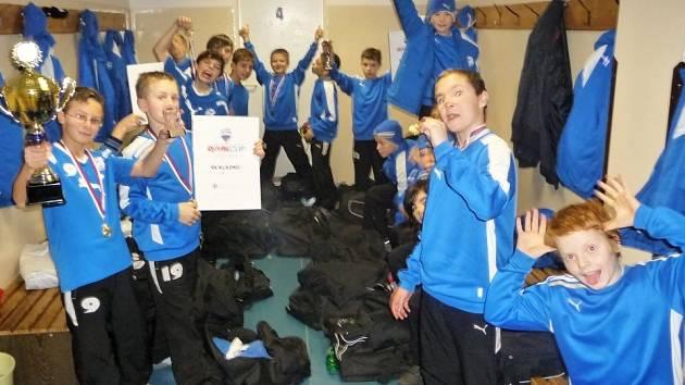 Žáci SK Kladno 2001 slaví triumf v Remax Cupu.