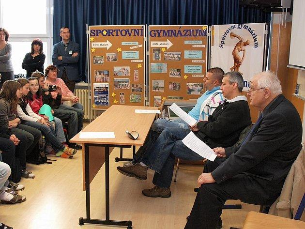 Studenti Sportovního gymnázia v Kladně besedovali se sportovními komentátory.