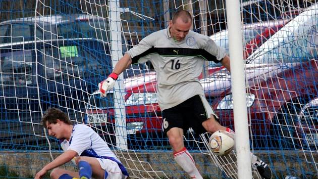 Velvarský brankář Michal Majtaník naštvaně vykopává merunu ze sítě, jeho tým právě inkasoval.