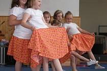 Zábavná a převážně taneční vystoupení přilákala do školy tolik rodičů a příznivců, že tělocvična byla zaplněna téměř k prasknutí.
