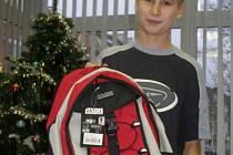 Za příkladný čin  odměnila dvanáctiletého gymnazistu a sportovce Filipa Hromadníka redakce Kladenského deníku milým dárkem v podobě sportovního batohu.