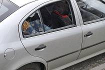 Vykradené vozidlo před slánskou nemocnicí