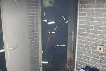 V noci z pondělí na úterý zasahovali profesionální hasiči z Kladna u požáru bytu v Rozdělově, kde hořely odpadky.