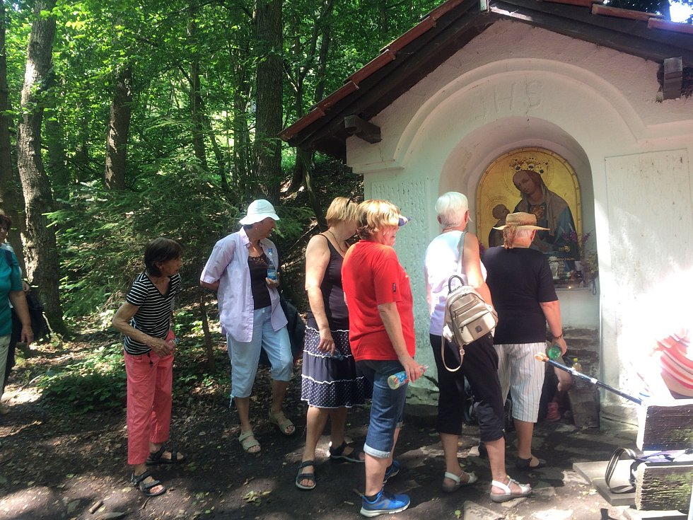 Senioři na své trase navštívili mlýny Roučmídu a Poteplí, napili se také ze zázračné studánky.