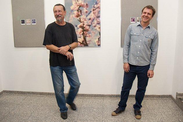 AUTOR VÝSTAVY ŠIMON VEJVANČICKÝ (vpravo) a galerista Jiří Hanke při vernisáži snímků se souhrnným názvem Domov.