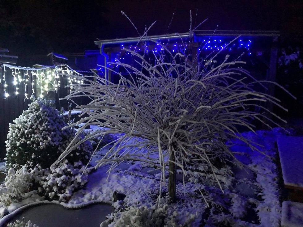 Zasněžená zahrada v Žilině na Kladensku.