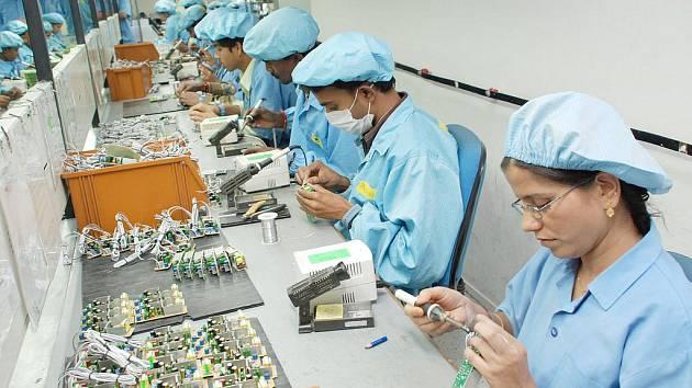 JEDEN ZE ZÁVODŮ, kde zaměstnanci kompletují počítačové součástky.